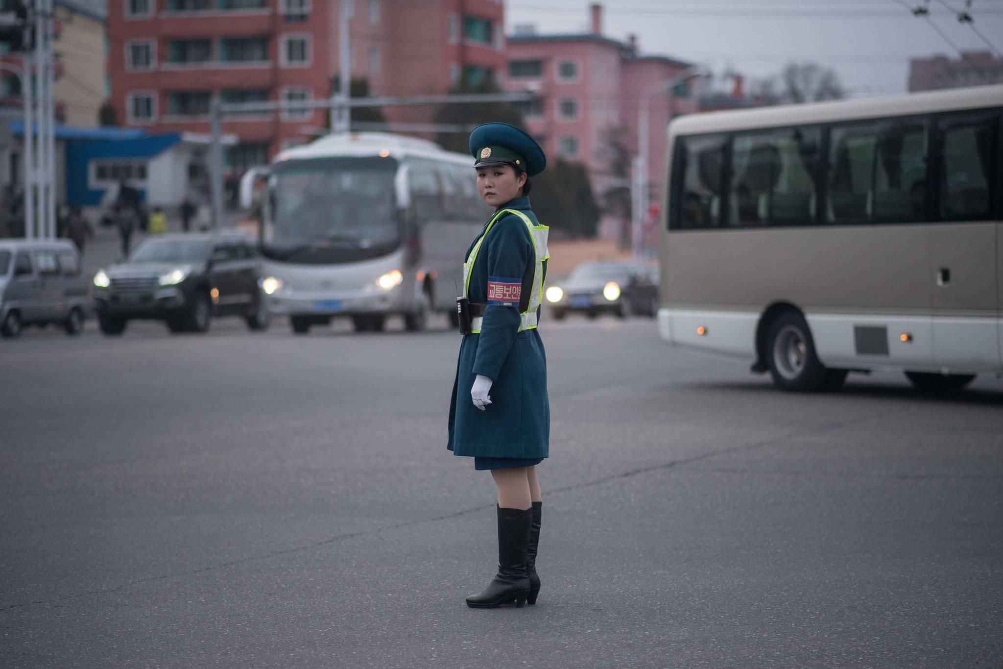 지난 7일 북한 평양 시내 교차로에서 교통지도를 하고 있는 여성 교통보안원.[AFP=연합뉴스]