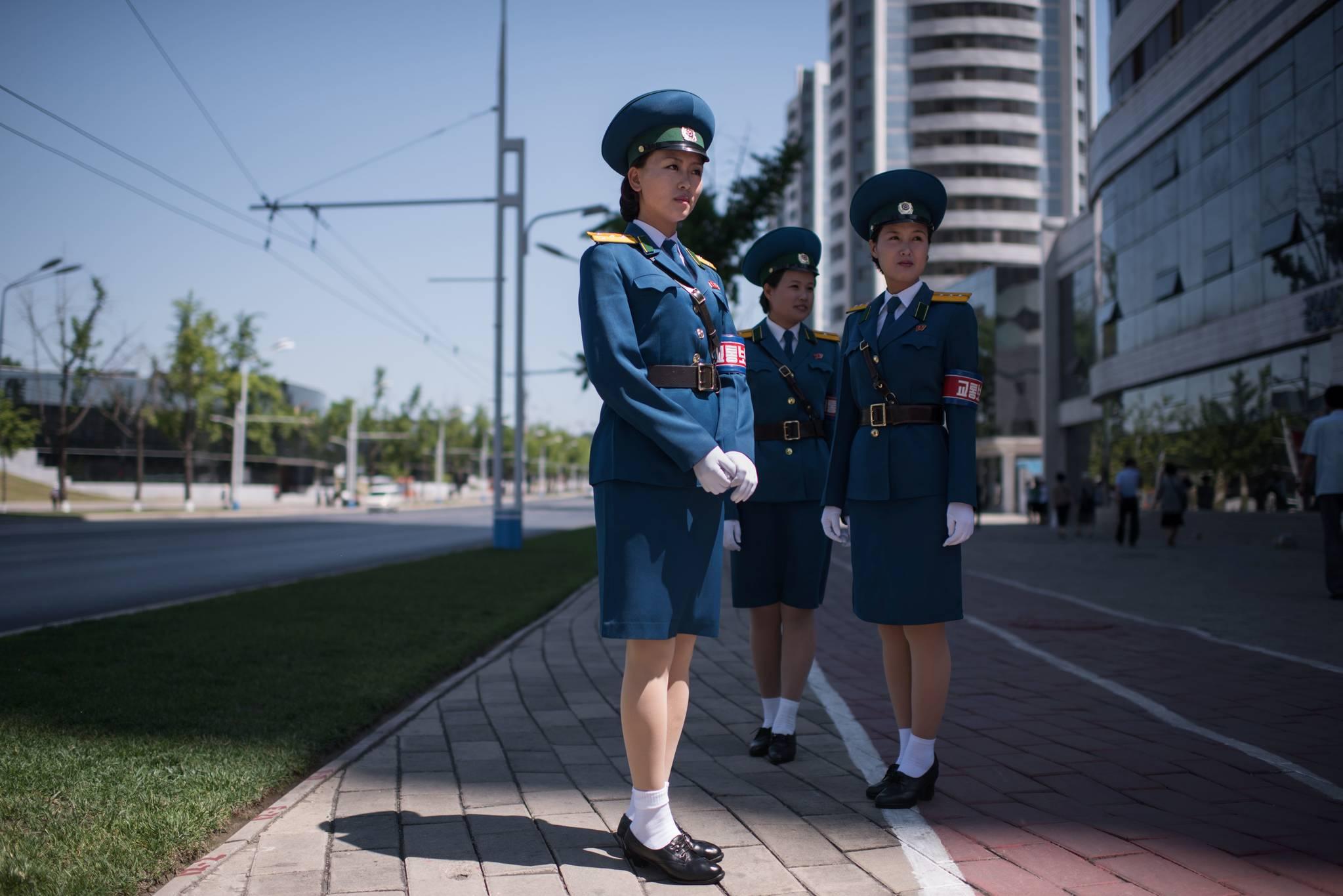 북한 여성 교통보안원들이 지난 4일 평야 시내 교차로에 서있다. 이들의 선발기준은 외모다.[AFP=연합뉴스]