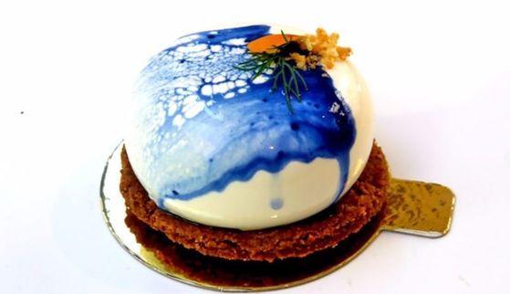 최근 시드니에서 가장 인기라는 치펀데일의 디저트 가게 '코이'의 코코넛 케이크.