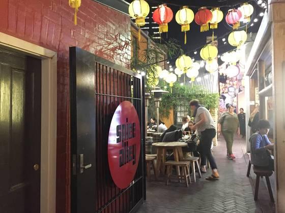 켄싱턴 스트리트 뒤쪽엔 주택 여러 채를 개조해아시아 음식 거리로 만든 '스파이스 앨리'가 있다.
