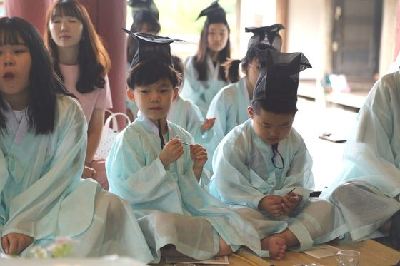 조선시대 교육기관이었던 향교와 서원 중 87곳이 전통문화 체험 공간으로 활용되고 있다. 경주 서악서원에서 진행하는 선비 체험에 참여한 어린이여행객.