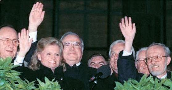 독일 통일의 날 1990년 10월 3일 독일 통일의 날, 동·서독의 지도자들이 함께한 모습. 헬무트 콜 전 독일 총리(가운데)와 로타르 데 메지에르 당시 동독 총리(맨 오른쪽)가 시민들을 향해 손을 흔들고 있다. [중앙포토]