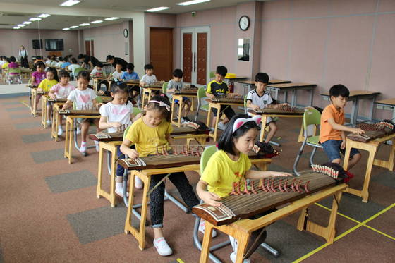 서울 마포구 창천초등학교 1~2학년 학생들의 가야금 수업.[사진 각 학교]