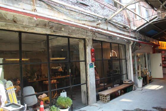 신흥시장에 있는 카페 '오랑오랑'. 낡은 콘크리트 벽이 인상적이다.송정 기자