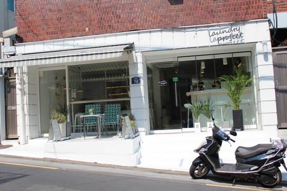 해방촌 가파른 언덕길에 있는 카페 '런드리 프로젝트'. 이름처럼 안엔 정말로 코인세탁기가 있다. 송정 기자
