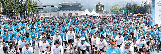 '2017 서울시 자전거 대행진'이 18일 오전 서울 광화문광장에서 출발해 강변북로를 경유, 월드컵공원 평화광장까지 이르는 총 21㎞ 구간에서 펼쳐졌다. 이날 행사에는 5000여 명이 참가했다. [오종택 기자]