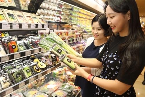 롯데백화점에서 소비자가 '한끼 포장' 제품을 고르고 있다. [사진 롯데백화점]