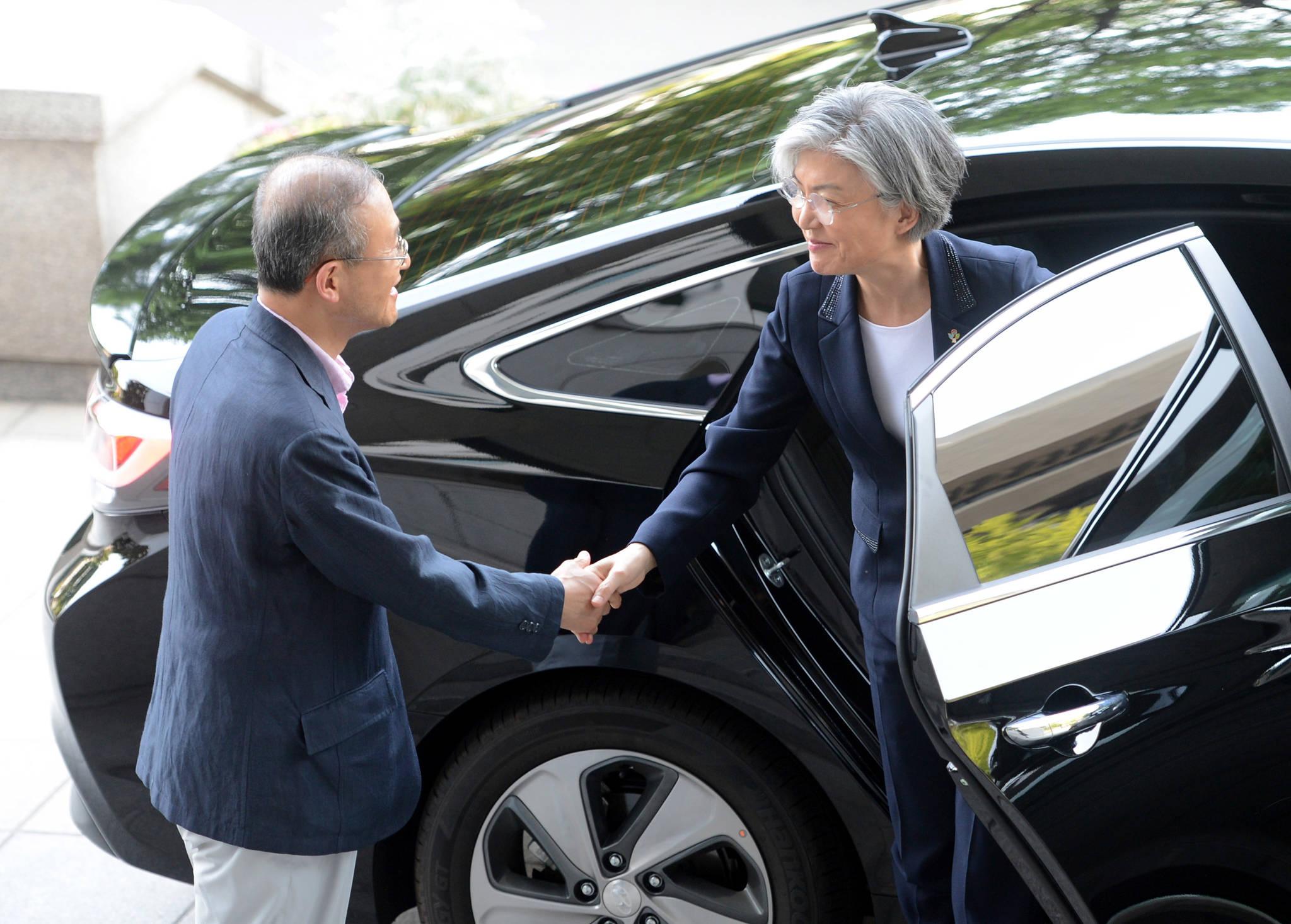 강경화 외교부 장관은 후보자 시절부터 줄곧 현대자동차의 쏘나타 하이브리드 차량을 이용하고 있다.