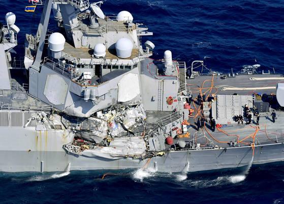 지난 17일 일본 시즈오카현 앞바다에서 필리핀 컨테이너 선박과 충돌한 미국 이지스 구축함 피츠제럴드함의 오른쪽 측면이 크게 파손돼 있다.[AP·EPA=연합뉴스]