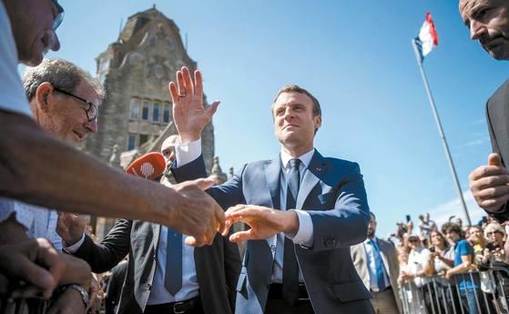 에마뉘엘 마크롱 프랑스 대통령(가운데)이 이끄는 중도 정당 '레퓌블리크 앙마르슈(전진하는 공화국)'가 18일 치러지는 총선 결선 투표에서 압도적 과반을 차지할 것으로 예상된다. 사진은 1차 투표가 있었던 지난 11일 마크롱 대통령이 투표 후 지지자들과 악수하는 모습. [AFP=연합뉴스]