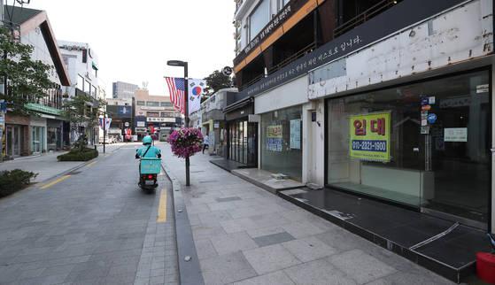 18일 오후 서울 압구정동 '로데오 거리'의 모습. 한때 젊은이들로 북적였던 이 지역 상점 곳곳에 '임대 문의'라고 적힌 안내문이 붙어 있다. 이곳 건물주들은 최근 임대료를 낮추고 있다. [우상조 기자]