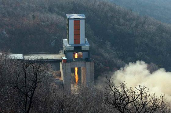 지난 3월 북한은 김정은 노동위원장이 지켜보는 가운데 서해위성발사장에서 대출력 발동기(엔진) 분출시험을 실시했다. 이날 지상시험에 통과한 엔진은 중거리탄도미사일(IRBM)인 화성-12형에 탑재됐다. [사진 노동신문]