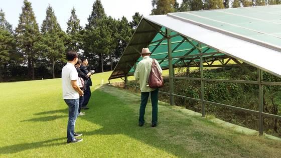 지난해 9월 초 인천시와 서구청 관계자들이 국가지정 문화재 '사적 211호'로 등재된 인천 '녹청자 도요지'에 대한 현장 조사를 하고 있는 모습. [사진 인천시]