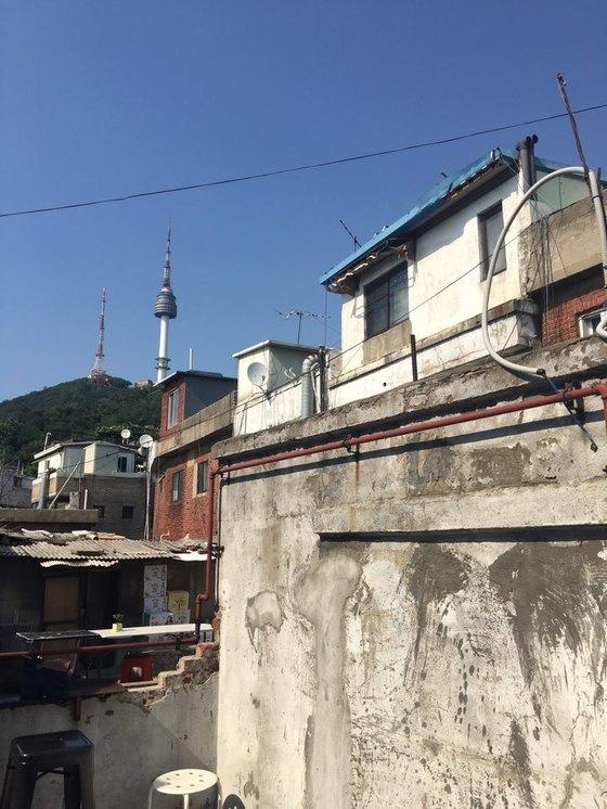 오랑오랑의 가파른 계단을 올라가면 루프탑이 있다. 낡고 투박한 해방촌 주택을 바로 옆에서 볼 수 있다.송정 기자
