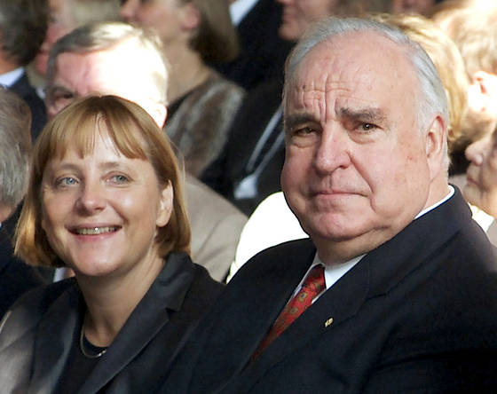 2000년 통독 10주년 행사에서. 왼쪽은 그를 정치적 스승으로 꼽는 앙겔라 메르켈 총리다.[로이터=연합뉴스]