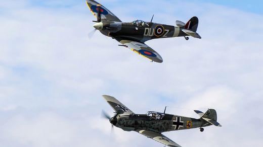 시범 비행을 벌이는 스피트파이어와 Bf 109. 제2차 대전을 상징하는 라이벌이지만 당시 영국과 독일의 조종사들은 상대방 전투기가 더욱 강하다고 생각하곤 했다. [사진 wallpaperpulse.com]