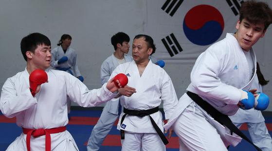 가라테가 2020년 도쿄올림픽 시범 종목으로 선정되면서 올림픽 격투기 종목의 판도 변화에 관심이 집중되고 있다. 손영익 공수도(가라테) 국가대표팀 감독(가운데)이 선수들을 지도하고 있다. 장진영 기자