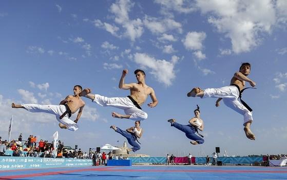 태권도는 가라테의 올림픽 진출에 대응하기 위해 품새, 혼성단체전등 새로운 종목을 도입해 변화를 시도하고 있다. 사진은 스페인태권도대표팀의 혼성 품새 시연 장면.[사진 세계태권도연맹]