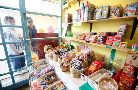 지난 16일 전주 남부시장 청년몰을 찾은 관광객들이 한 가게 안을 들여다보고 있다.프리랜서 장정필