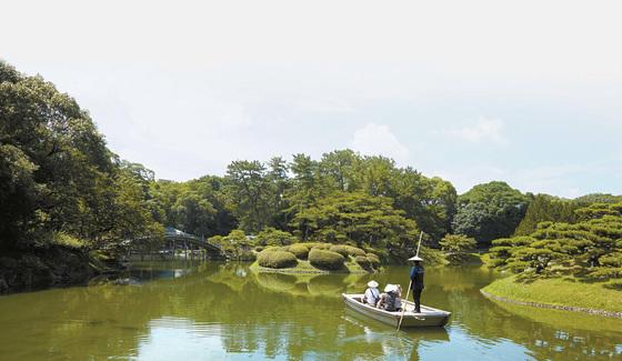 가가와현 다카마쓰시 리쓰린 공원을 찾은 관광객들이 배를 타고 공원 풍경을 즐기고 있다.