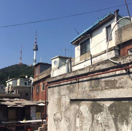 신흥시장 안의 카페 '오랑오랑' 3층 루프톱에서 본 해방촌의 낡은 주택과 남산타워.