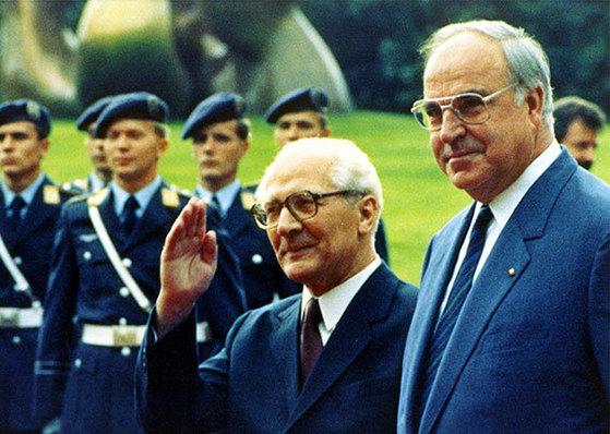 87년 동독을 방문해 호네커 총리를 만난 콜(오른쪽). [AP=연합뉴스]