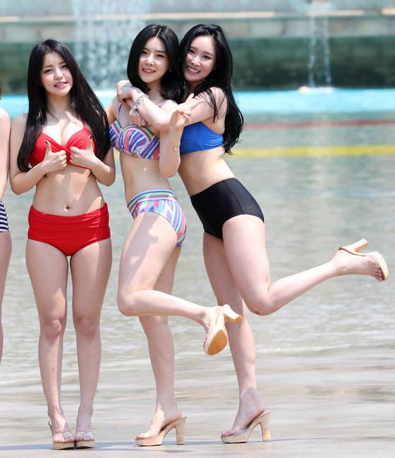 브레이브걸스 유정(왼쪽부터), 유나, 민영이 2017 오션월드 포토데이 행사에서 물놀이를 즐기고 있다. [사진 일간스포츠]