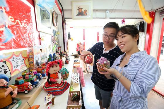 지난 16일 전주 남부시장 청년몰을 찾은 관광객들이 한 가게 안에서 물건을 살펴보고있다.프리랜서 장정필