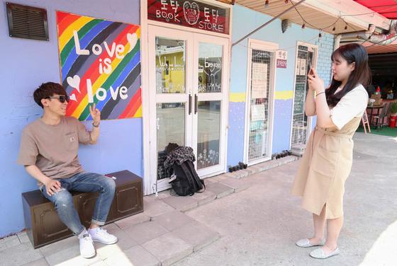 지난 16일 전주 남부시장 청년몰을 찾은 관광객들이 책방 '토닥토닥' 앞에서사진을 찍고 있다.프리랜서 장정필