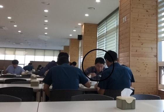 김재원 충남경찰청장(굵은 원 안)이 20일 오전 충남경찰청 구내식당에서 직원들과아침식사를 하고 있다. [사진 충남경찰청 직원]