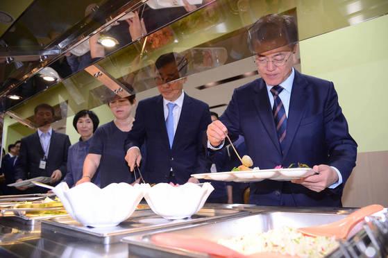 문재인 대통령이 지난달 12일 청와대 위민2관 직원식당에서 직원들과 오찬을 위해 식판에 음식을 담고 있다. [중앙포토]