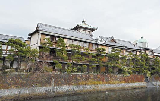 시즈오카현 이토시 마쓰강 주변에 줄지어 있는 이토온천.