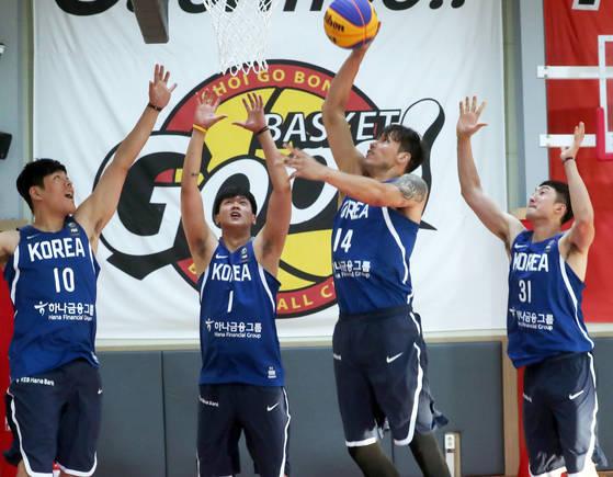 3인제 농구 국가대표팀 선수들이 14일 연습을 하고 있다. 성남=최정동 기자