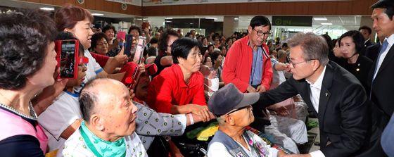 문재인 대통령이 지난 6일 현충일 추념식을 마친 뒤 서울 중앙보훈병원을 찾아 국가유공자들을 위로하고 있다. [청와대사진기자단]