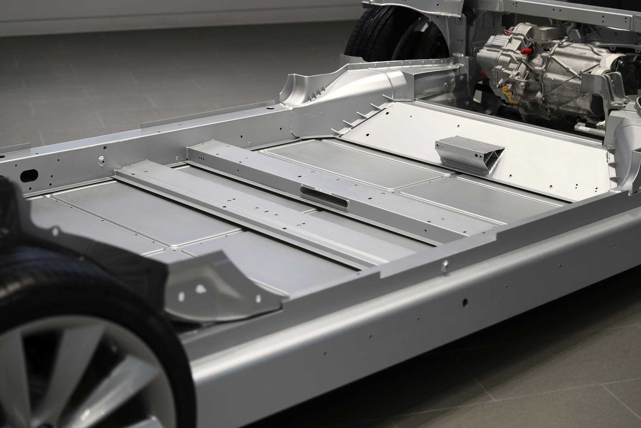 테슬라 전기 자동차는 7000개의 배터리를 지면과 수직으로 세워 빼곡하게 연결한 뒤, 차량의 바닥에 1개층으로 쌓아 놓았다. 중심이 낮아진 덕분에 코너링 성능이 뛰어나다고 알려졌다./20170328/김현동 기자