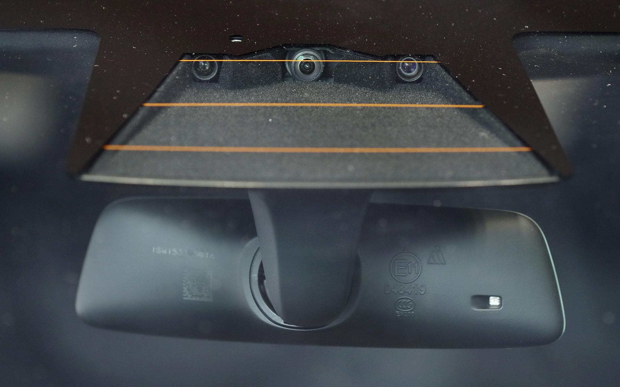 테슬라 모델S 90D 전방에 오토파일럿을 지원하는 카메라가 보인다. 오토파일럿은 자동 긴급 제동 시스템과 전방 충돌 경고와 능동적인 차선유지등 높은 수준의 자율 주행이 가능하다. 완전자율 주행을 위해 총8대의 카메라가 설치된다./20170328/김현동 기자