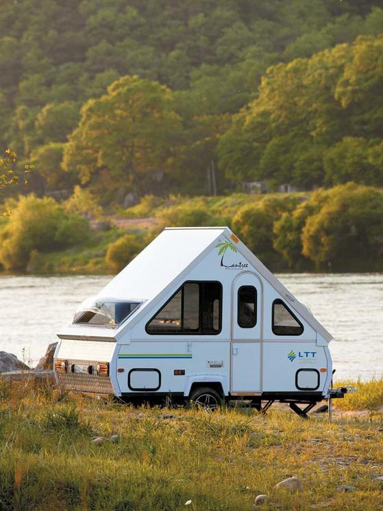 강변에 주차된 폴딩 트레일러. 승용차로 견인할 수 있어 편리하다.