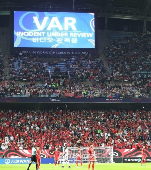 20세 이하 FIFA 월드컵에 도입된 비디오판독시스템(VAR)으로 경기 상황을 판독하는 모습. 전주=김민규 기자