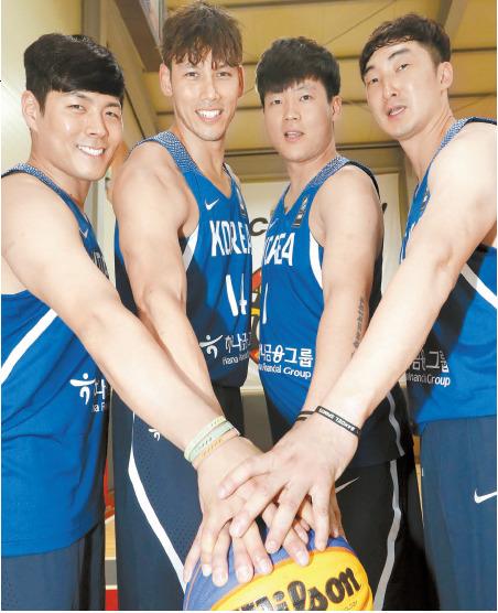 3대3 농구 한국 국가대표 Will의 최고봉·이승준·남궁준수·신윤하(왼쪽부터)는 2020년 도쿄올림픽 출전을 꿈꾼다. 3대3 농구에서 사용하는 공인구의 크기는 일반 농구공보다 작다. 성남=최정동 기자