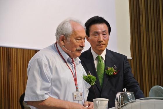 그륀베르크 교수(左), 장용순 교장(右)