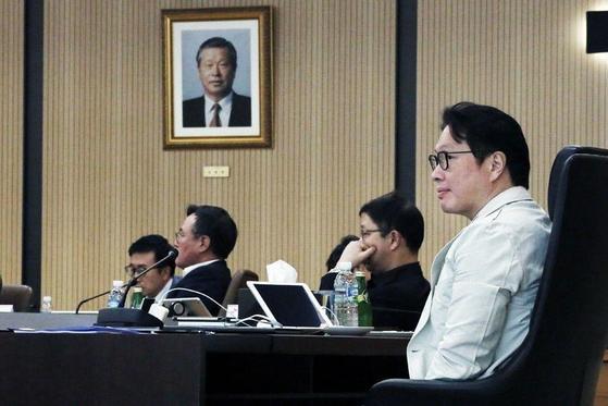 최태원 SK그룹 회장이 이천 SKMS연구소에서 열린 올해 확대 경영회의에서 발표를 듣고 있다. [사진 SK]