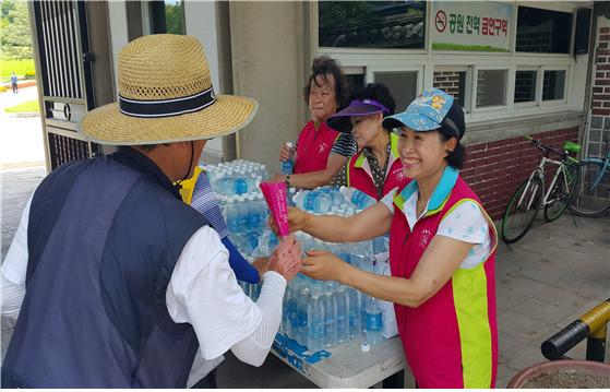 폭염이 한창이던 지난해 7월 한도심 공원에서 자원봉사자들이 생수를 나눠주고 있다. [사진 대구시]