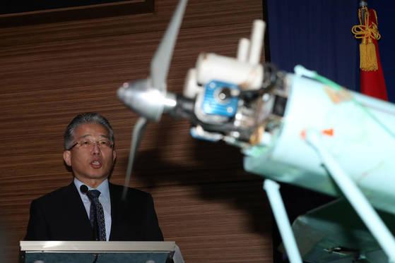 국방과학연구소(ADD) 관계자가 21일 오전 서울 국방부 브리핑룸에서 북한 소형 무인기에 대한 과학적 조사 결과를 설명하고 있다. 김경록 기자
