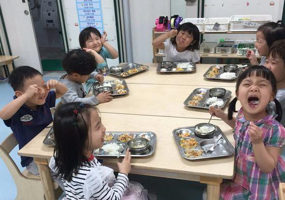 서울 강동구 '행복이 든 어린이집' 아이들이 친환경 농산물로 만든 음식을 먹고 있다. 이 어린이집은 전북의 한 농가와 직거래하고 있다. [사진 서울시]