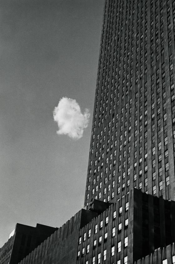 길 잃은 구름, 뉴욕 Lost Cloud, New York 1937 ⓒMinistere de la Culture et de la Communication - Mediatheque de l'architecture et du patrimoine, Dist. RMN-Grand Palais / Donation Andre Kertesz