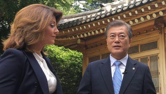 문재인 대통령이 20일 오전 청와대에서 미국 CBS 방송 뉴스 프로그램에 출연해 인터뷰했다. [사진 청와대]