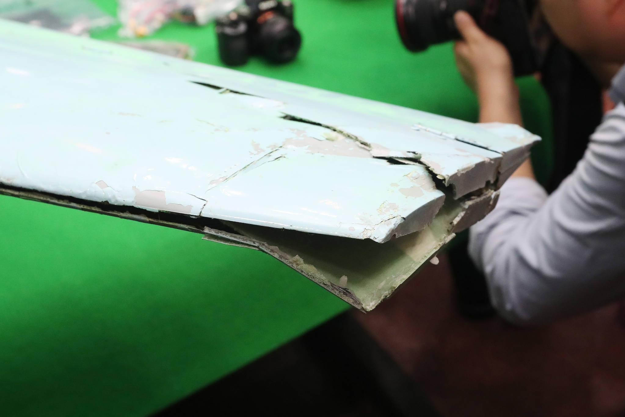북한 소형 무인기의 왼쪽 날개가 파손된 모습. 김경록 기자