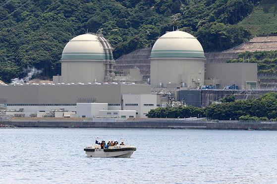 일본 후쿠이현 다카하마 원전 3호기(왼쪽)는 다음 달 4일부터 재가동한다. [다카하마 AFP=연합뉴스]