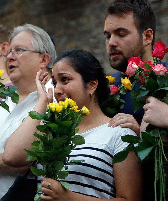 19일 차량 테러가 발생한 영국 런던 핀즈베리파크의 모스크(이슬람사원) 주변에서 시민들이 희생자를 추모하고 있다. 이날 테러로 무슬림 1명이 숨지고 11명이 다쳤다. [런던 AP=연합뉴스]