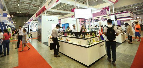 한국무역협회가 지난해 6월 베트남 경제 중심지 호치민에서 열린 국제유통산업전시회에 홍보관을 열고 Kmall24에 입점한 한국 중소기업 제품들을 전시했다. [사진 한국무역협회]